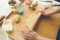 做曲奇饼的妇女面团 免版税图库摄影