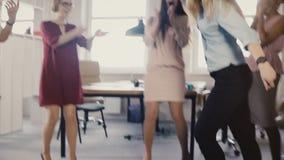 做月球行走舞蹈的愉快的女孩在办公室聚会 一起跳舞不同种族的雇员,庆祝企业成功4K 股票视频