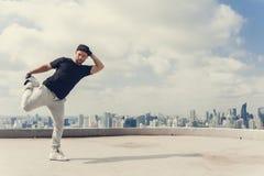 做有些特技的Bboy breakdancing街道的艺术家户外 免版税库存照片