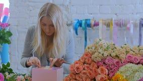 做有花的专业卖花人礼物盒在花店 股票录像