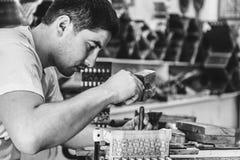 做木书摊的一个人由木头 rihals 被定调子的黑白 库存照片