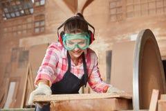 做木匠习艺的妇女 图库摄影