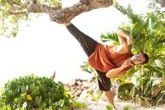 做杂技的热带棕榈的时尚人 免版税库存图片
