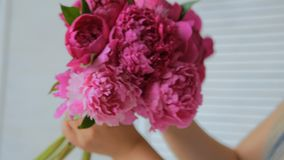 做束的卖花人妇女在花店 股票视频