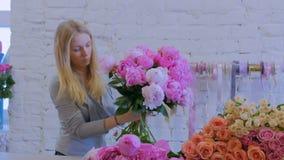 做束的卖花人妇女在花店 股票录像