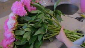 做束的卖花人妇女在花店 影视素材