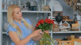 做束的微笑的卖花人妇女在花店 影视素材