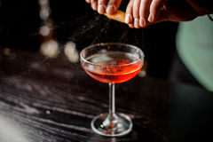 做松弛鸡尾酒在酒吧背景面孔的侍酒者 免版税图库摄影