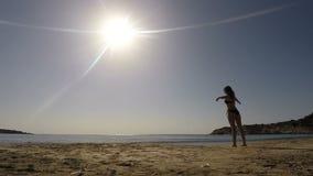 做松弛锻炼的少妇在海滩 影视素材
