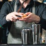 做松弛coctail的侍酒者在酒吧背景 免版税图库摄影