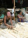 做板球拍的印第安木匠 免版税库存图片