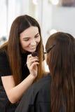 做构成的化妆师 免版税库存图片