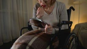 做构成,叹气的轮椅的生气老妇人以关于年轻的遗憾 股票视频