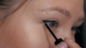 做构成,在眼睛的凹道箭头的美丽的女孩特写镜头 股票视频