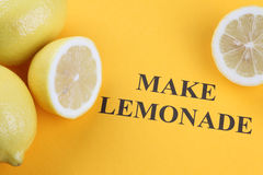 做柠檬水 免版税库存照片