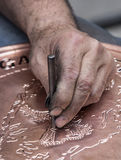 做样式在铜盘子,加济安泰普,土耳其 库存照片