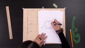 做样式的设计师手在织品前面缝合时装 影视素材