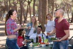 做格栅的同事在野餐 免版税库存图片