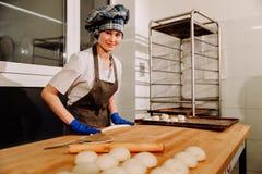 做桂香小圆面包 在上升以后的自创未加工的发酵面团准备烘烤 免版税库存照片