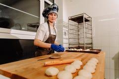 做桂香小圆面包 在上升以后的自创未加工的发酵面团准备烘烤 库存图片