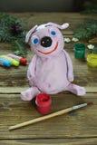 做桃红色猪,2019年的标志 有树胶水彩画颜料的绘的黏土玩具 孩子的创造性的休闲 手工制造工艺在度假与 免版税库存照片