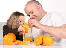 做桔子的汁液 免版税库存图片