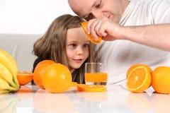 做桔子的汁液 库存图片