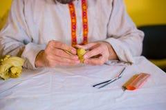 做棋的陶瓷工黏土形象 库存照片