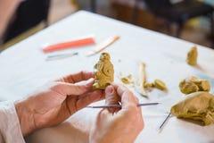 做棋的陶瓷工黏土形象 图库摄影