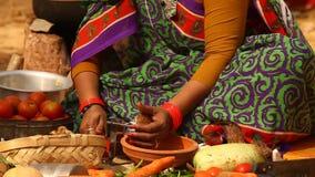 做植被食物的妇女 股票录像