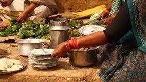 做植被食物的妇女 影视素材
