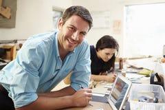 做模型的两位建筑师在办公室使用数字式片剂 免版税库存图片