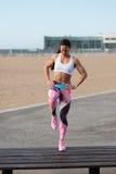 做步的健身妇女上升hiit锻炼 免版税库存照片