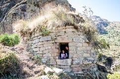做步行的女孩和妈妈游人在pumacoto葬礼  免版税库存照片