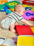 做母亲和婴孩的家庭难题 儿童竖锯开发孩子 图库摄影