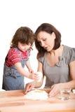 做母亲的女儿厨房 免版税库存照片