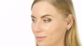 做每天构成的专业化妆师特写镜头,在与刷子的妇女面颊上把粉末放 股票视频