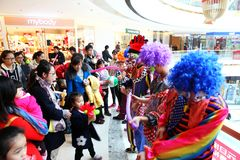 做气球礼物的小丑在商城 免版税库存照片
