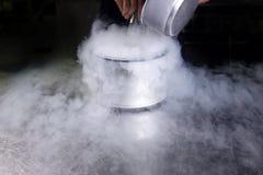 做氮气的奶油色冰液体 库存照片