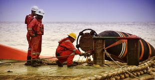 做水管连接操作的海洋乘员组 免版税库存照片