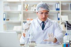 做水质测试污秽expe的年轻研究员科学家 免版税库存图片