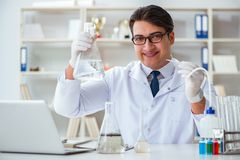 做水质测试污秽expe的年轻研究员科学家 库存图片