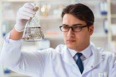 做水质测试污秽expe的年轻研究员科学家 库存照片