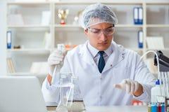 做水质测试污秽expe的年轻研究员科学家 免版税图库摄影