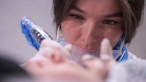 做永久构成美容师的特写镜头 r 股票录像