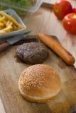 做汉堡包与大量的快餐成份未加工的materi 免版税图库摄影