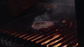 做汉堡的厨师 牛肉或猪肉准备的汉堡包的烤肉汉堡在bbq火火焰格栅烤了 特写镜头 股票视频