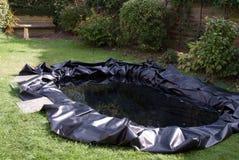 做池塘的庭院 库存图片