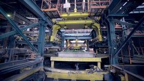 做汽车零件的机器人在工厂 Automative金属铸件 股票录像