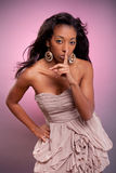 做沈默妇女年轻人的非洲姿态 免版税库存照片